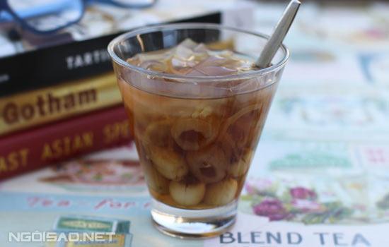 Vi bùi của sen, vị ngọt thanh của nhãn lồng hòa quyện tạo nên một món chè thanh mát thơm ngon và rất bổ dưỡng.