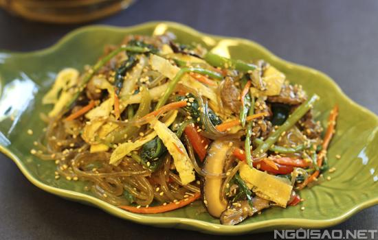 Món ăn tuy mất thời gian với nhiều nguyên liệu nhưng lại mang đến hương vị thơm ngon khiến bạn thích mê khi thưởng thức.