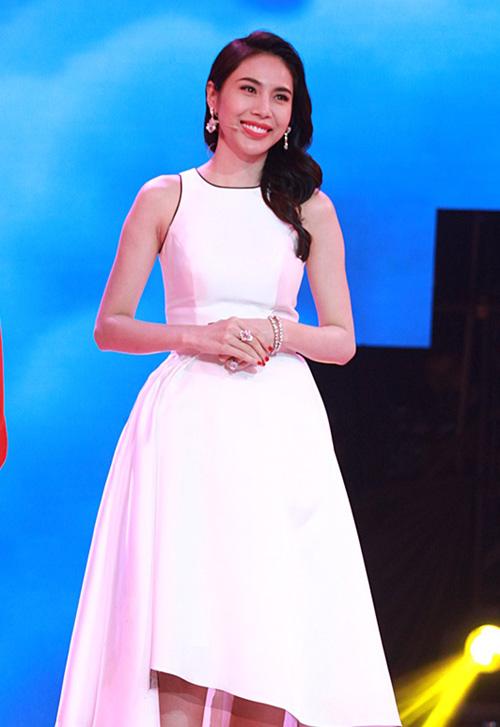 Thủy Tiên xây dựng hình ảnh thanh lịch và sang trọng với nhiều mẫu váy kiểu dáng đơn giản khi đảm nhận vai trò thành viên ban giám khảo của chương trình truyền hình thực tế.