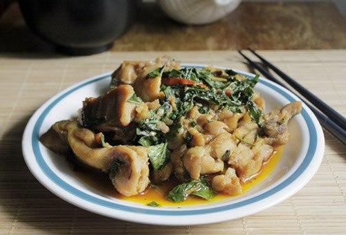 Món ăn mặn được ăn kèm với cơm, thịt gà hơi cay cay, thấm gia, quyện với mùi thơm của lá húng quế, bữa cơm dường như ngon hơn hẳn.