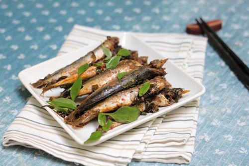 Cá nục thấm gia vị, quyện lẫn với vị thơm đặc trưng của rau húng quế. Ngoài ra lá húng quế còn có tác dụng lợi sữa cho các bà mẹ khi cho con bú.