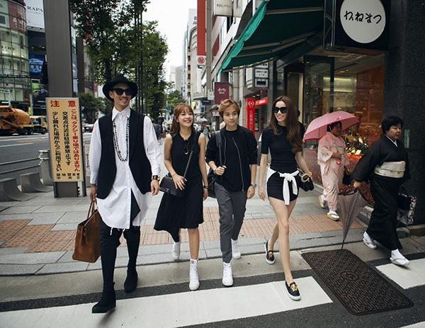 Ngày 28/8, các nghệ sĩ Việt còn ngày cuối cùng ở Nhật Bản trong 4 ngày tham gia hành trình trải nghiệm làm đẹp triệu đô. Họ tranh thủ thăm quan những địa điểm nổi tiếng của Nhật. Ngoài Hồ Ngọc Hà từng đến Nhật, các nghệ sĩ khác lần đầu đến với đất nước này.