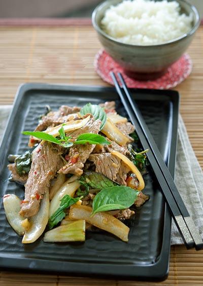 Chẳng cần nguyên liệu cầu kỳ, chỉ thêm vài cọng lá húng quế là món thịt bò xào của bạn đã dậy mùi thơm đến nao lòng rồi.