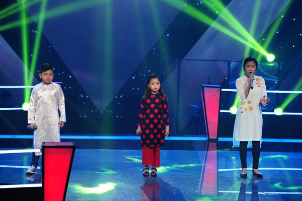 Gia Linh, Thu Thủy, Minh Tuyết của đội Hồ Hoài Anh và Lưu Hương Giang thể hiện ca khúc Gió mùa về (Lê Minh Sơn).