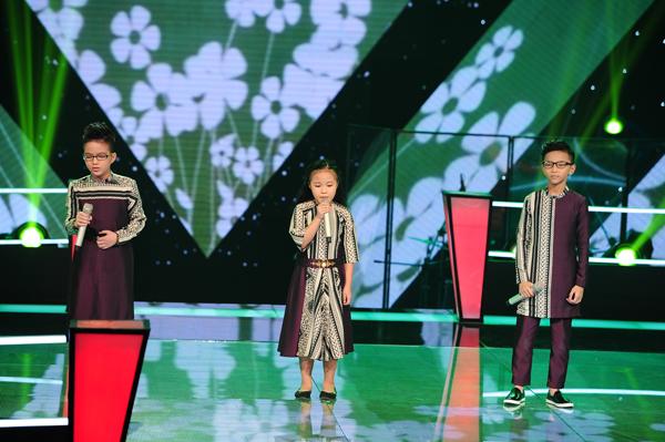 Hải Thanh, Thiên Tùng, Bích Hạnh của đội Cẩm Ly mở màn chương trình với ca khúc Cõng mẹ đi chơi (Sáng tác: Trần Quế Sơn).