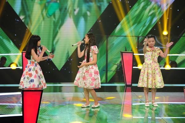 Các thành viên tiếp theo của đội Cẩm Ly là Khánh Linh, Phương Linh, Minh Hạnh thể hiện ca khúc Hà Nội 12 mùa hoa (Sáng tác: Giáng Son).