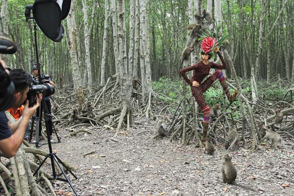 Hồng Xuân vẫn còn lúng túng trong quá trình chụp ảnh, nhưng theo ban giám khảo cô đã có sự biến chuyển đáng khích lệ.