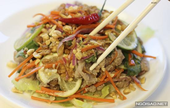 Món gỏi hấp dẫn với phần thịt bò chín tái thấm vị chua nhẹ của chanh, dùng làm món ăn chơi hay ăn cơm đều thích hợp.