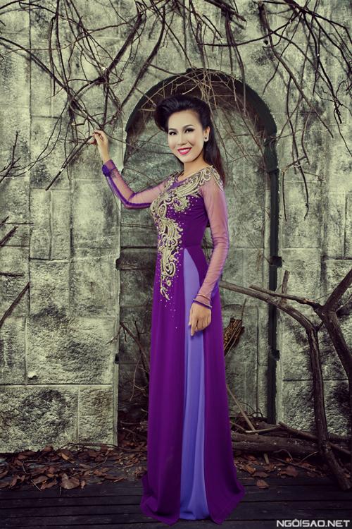 Khánh Ngọc khoe dáng với áo dài cưới trang nhã