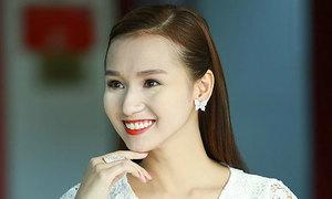 'Bắt lỗi' làm đẹp của mỹ nhân Việt tháng 8