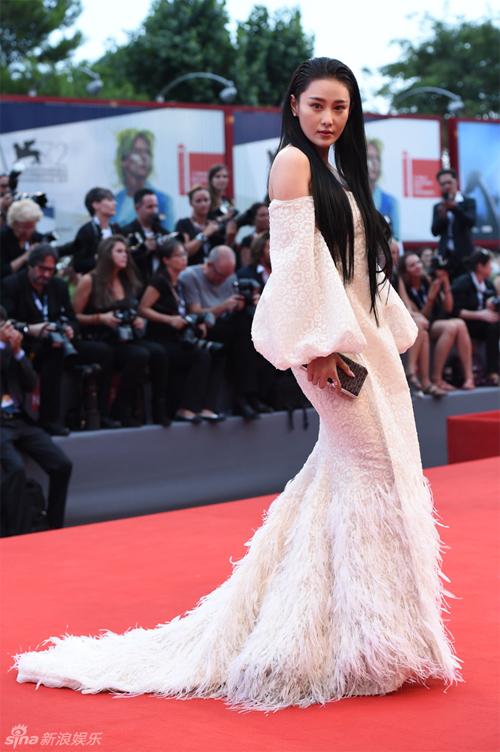 Khoe vai trần, Trương Hinh Dư vẫn bị lạnh nhạt ở Venice