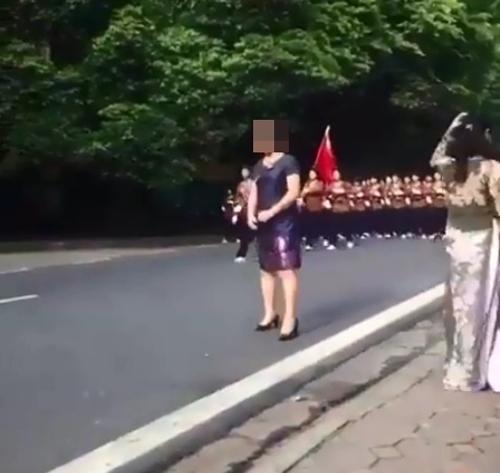 Bị ném đá vì chạy ra đường chụp hình với đoàn diễu binh