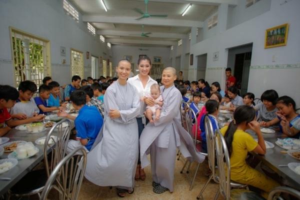 Hoa hậu Brandy Ngô giản dị đi từ thiện