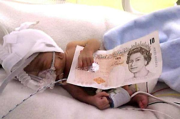Ngày đầu tới trường của bé trai chỉ 900 gram khi chào đời