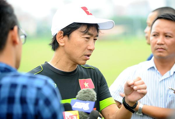 HLV Miura khó chịu, chê điều kiện tập của tuyển Việt Nam