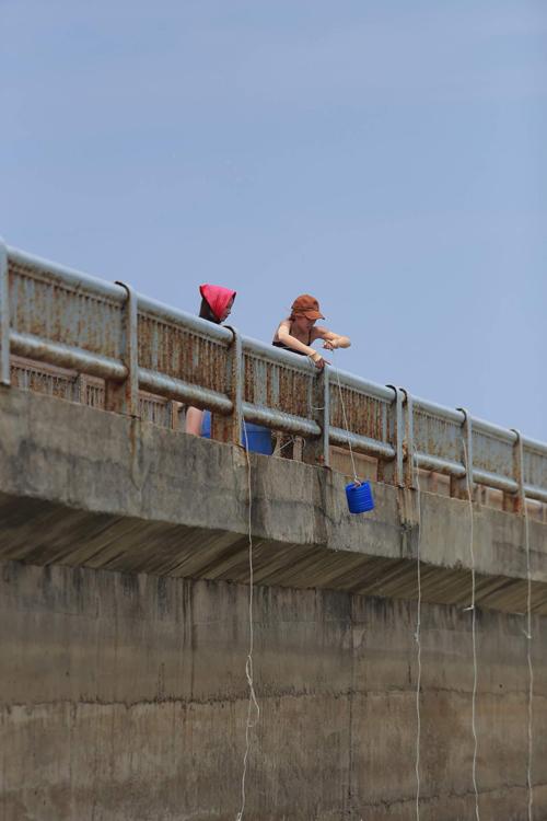 Trang Pháp gồng mình kéo xe nước lên dốc
