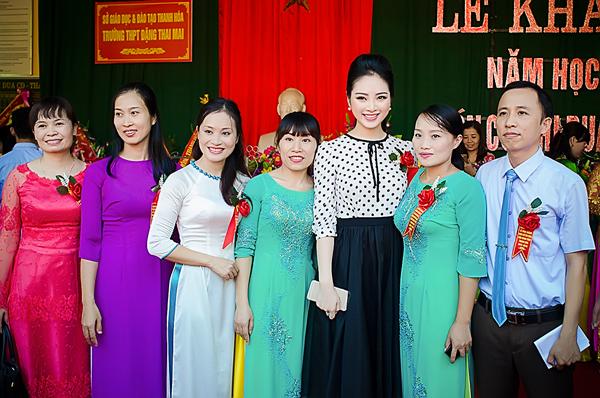 Hoa hậu dân tộc Ngọc Anh trẻ trung bên mẹ