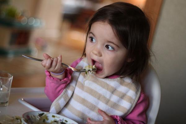 Cô bé không thích các món mì, đặc biệt là súp basko của Đông Timor.