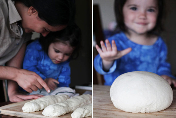 Hai mẹ con cùng làm món bánh mì của Pháp.