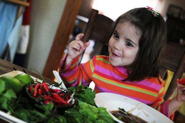 Ava phát khóc khi ăn phải ớt cay của Lào.