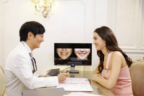 Hàm răng xấu cản trở việc giao tiếp hàng ngày.