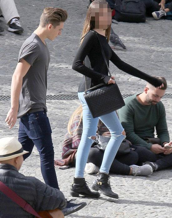 Chuyến đi của Brooklyn còn gây chú ý khi người bạn đồng hành của hot boy là một cô gái trẻ