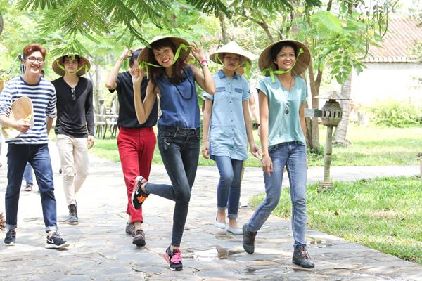 Nguyễn Thị Hợp - cô nàng nhiều anti-fan nhất cuộc thi tạo dáng nhí nhảnh với nón lá khi được đến thăm bảo tàng áo dài.