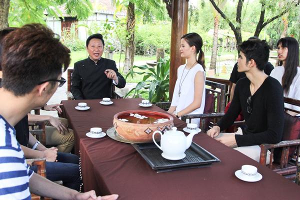 Qua buổi gặp gỡ và trò chuyện cùng nhà thiết kế Sỹ Hoàng, các thí sinh  Vietnams đã5 có dịp tìm hiểu những kiến thức cơ bản đến quá trình phát triển của chiếc áo dài - được xem là một trong những giá trị văn hóa đẹp đẽ của dân tộc.