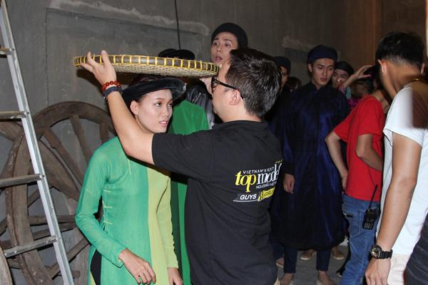 Top 10 thí sinh xuất sắc nhất của Vietnam's Next Top Model sẽ đối mặt với một thử thách khó khăn với chiếc áo dài xưa.