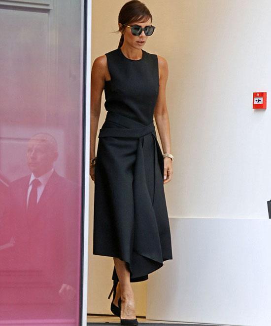 Dù gày gò, nhà thiết kế thời trang vẫn tự tin mặc 'cây đen' và tiếp tục lăng xê các mẫu váy mới.