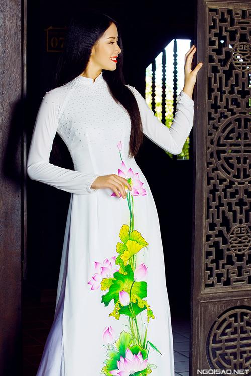 Áo dài cưới vẽ hoa mới mẻ và dịu dàng
