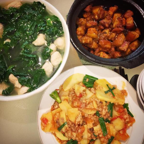 Cơm khoai tây xoài, canh rau ngót nấu thịt và ba chỉ kho.