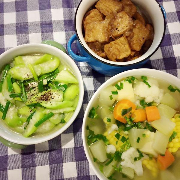 Dù không phải là người ăn chay nhưng mồng 1 Bích Phương vẫn nấu một thực đơn chay dinh dưỡng, chỉ thiếu sót chút là bỏ cả hành vô món chay.