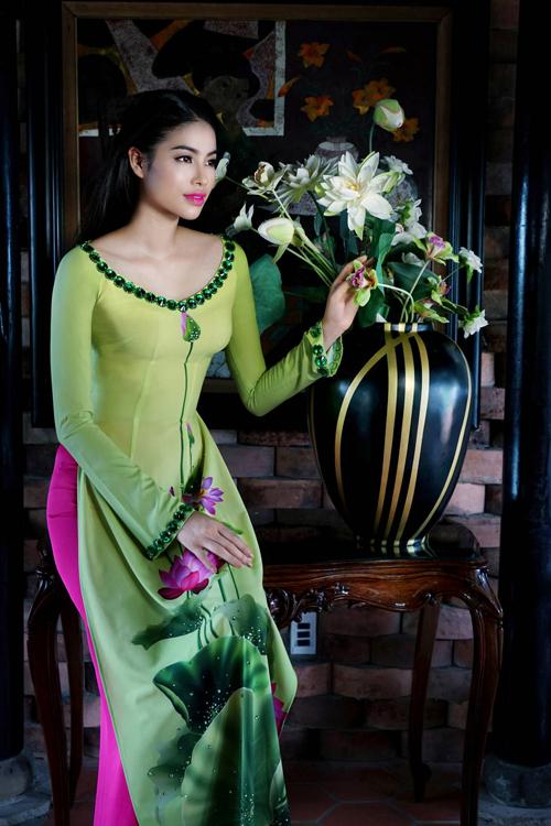 Phạm Hương duyên dáng với áo dài 'Hoa Việt'