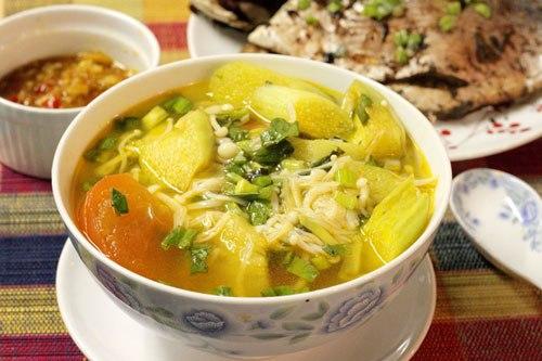 Món canh ngọt với vị ngọt, giòn của nấm, điểm thêm vị chua nhẹ của dứa, cà chua và thơm của mùi tàu.