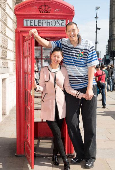 Cặp vợ chồng tới Anh để chụp ảnh cho cuốn Kỷ lục Guiness 2016. Ảnh: