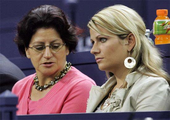Mẹ và chị gái Diana của Federer trong một lần đi cổ vũ anh thi đấu.