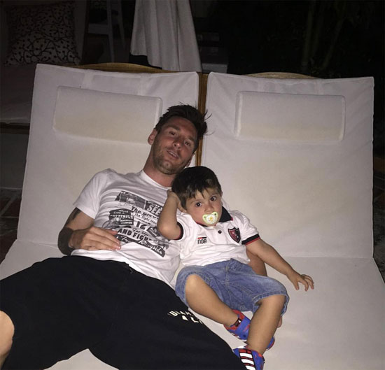 Messi và cậu con trai đầu lòng Thiago sắp tròn 3 tuổi.