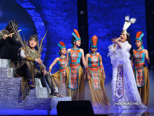 Đàm Vĩnh Hưng cùng học trò Tố Ny trình bày ca khúc