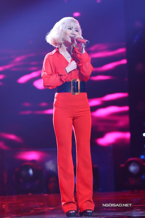 Yến Lê đội Tuấn Hưng là thí sinh đầu tiên dự thi. Cô thể hiện ca khúc