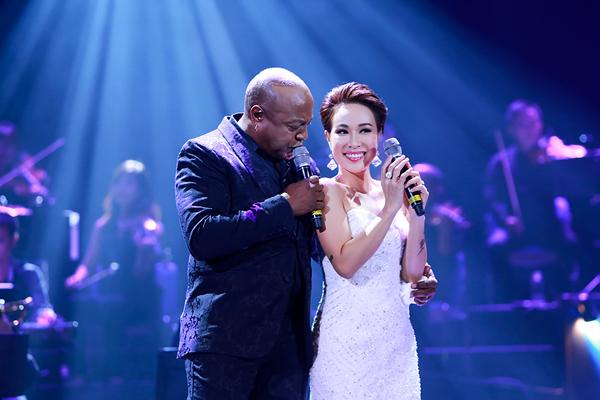 Uyên Linh cũng là giọng ca trẻ vinh dự được cất giọng cùng Peabo Bryson trong chuyến biểu diễn tại Việt Nam sau mấy chục năm. Cô