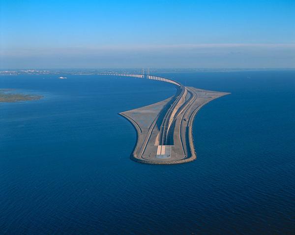 Được khai                                                          trương vào                                                          1/7/2000, cây                                                          cầu Oresund đã                                                          đi vào huyền                                                          thoại và là                                                          một trong                                                          những trải                                                          nghiệm mà bất                                                          cứ ai cũng                                                          muốn được thử                                                          qua.