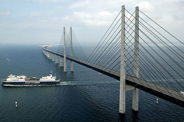 Chiều cao                                                          của cầu ở                                                          những đoạn nổi                                                          trên mặt nước                                                          được tính toán                                                          sao cho tàu                                                          biển cỡ nhỏ và                                                          vừa đều có thể                                                          chui qua                                                          được.