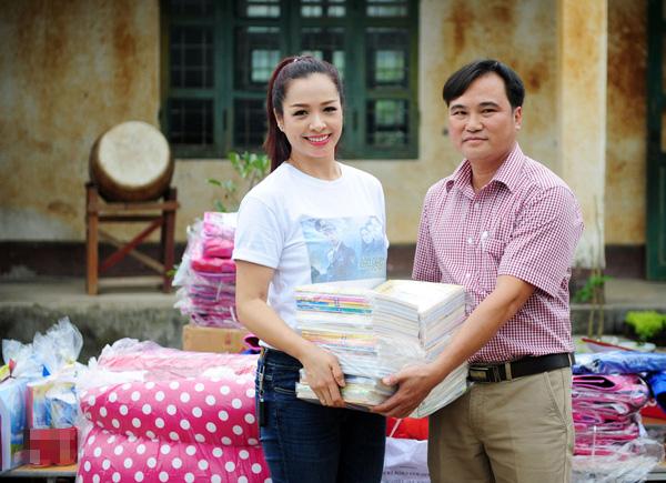 Thuy-Hang-tang-sach-giao-kh-7686-1442215