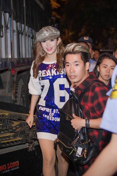 Minh Hằng liên tục thay trang phục trong một show diễn