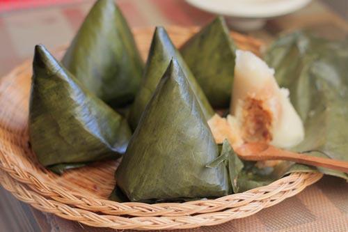 Bánh dẻo thơm mùi lá chuối, nhân bên trong là dừa và lạc bùi làm thành món quà dân dã mà ngon miệng đem tặng người thân.