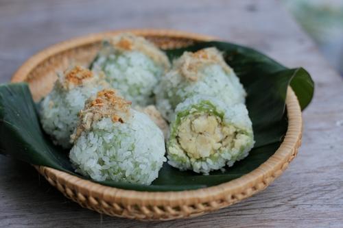 Những viên bánh khúc tròn nhỏ, nóng hổi, thứ quà sáng mộc mạc với đầy đủ hương thơm đặc trưng của món ngon Hà Nội.