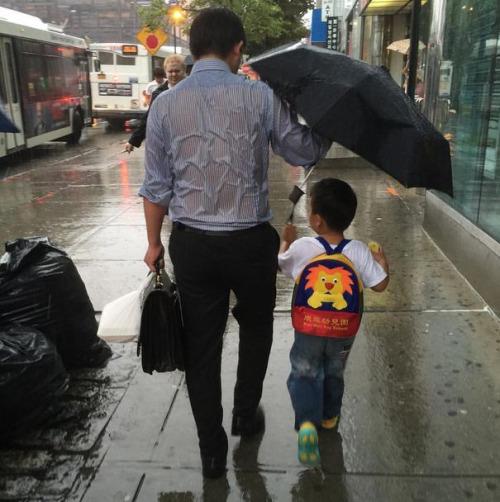 Hiện tại bức ảnh cảm động về tình cảm cha con vẫn đang nhận được sự quan tâm và chia sẻ rất lớn từ đông đảo người dùng Facebook.