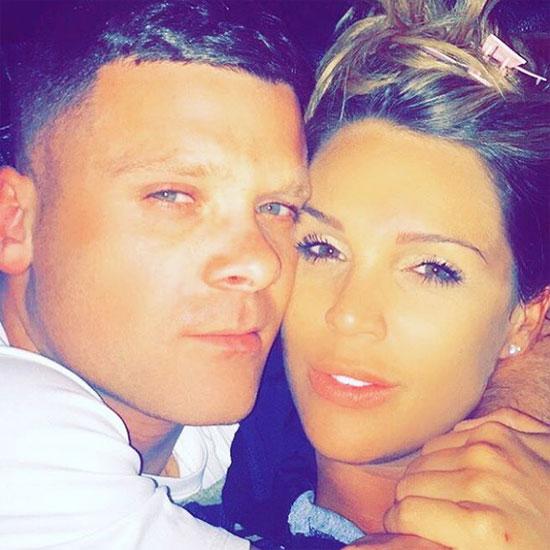Không màng tới vụ ồn ào với tình cũ, Danielle Lloyd say đắm bên bạn trai mới.