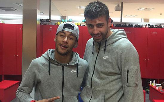 Neymar chia sẻ đoạn video ngắn ghi lại cảnh anh và đồng đội Gerard Pique trêu đùa nhau trong một bữa tiệc gần đây
